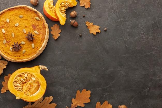 Cornice piatta con foglie autunnali e torta