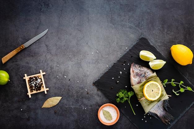 Cornice piatta con frutti di mare e copia-spazio