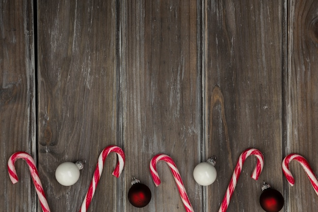 Cornice piatta con globi natalizi e caramelle