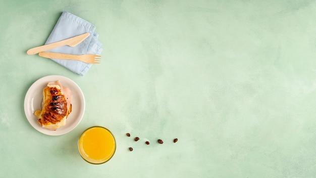 Cornice piatta con gustosa colazione e copia-spazio
