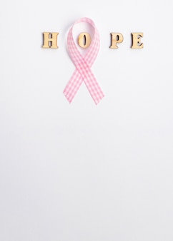 Cornice piatta con nastro rosa e copia-spazio