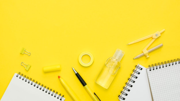 Cornice piatta con oggetti per la scuola