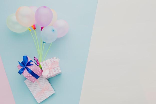 Cornice piatta con palloncini colorati e regali