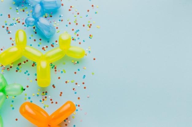 Cornice piatta con palloncini e coriandoli