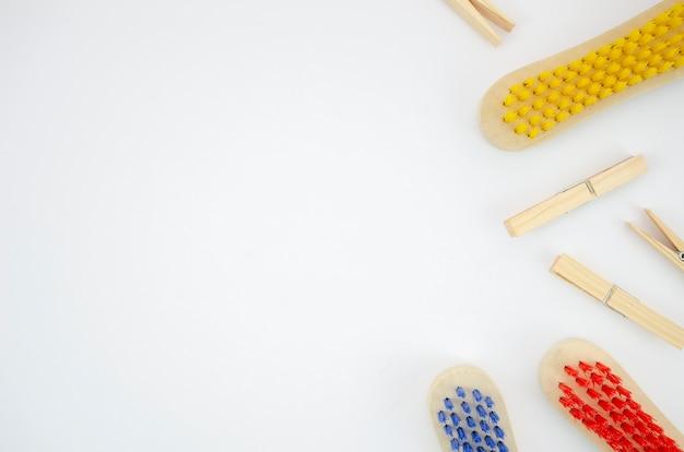 Cornice piatta con pennelli e copia-spazio