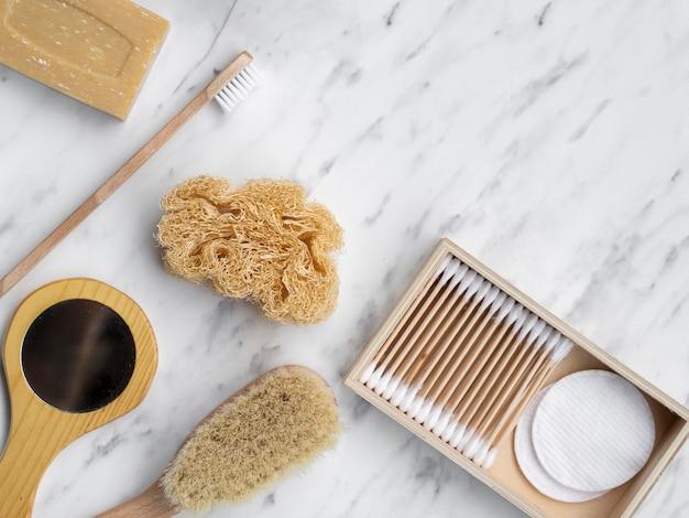 Cornice piatta con prodotti per la cura e spazio per le copie