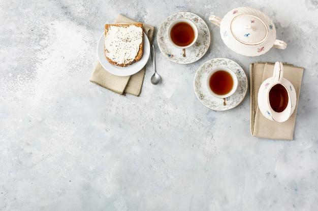 Cornice piatta con tè e copia-spazio