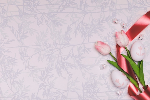 Cornice piatta con tulipani e copia-spazio