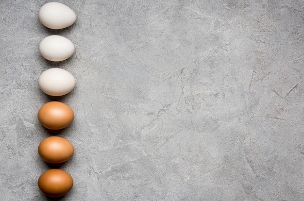 Cornice piatta con uova di gallina
