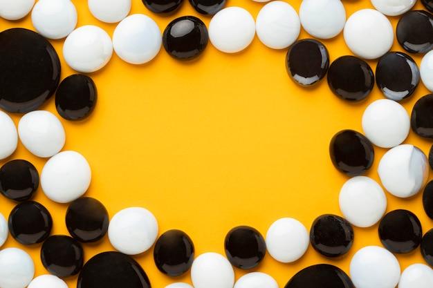 Cornice piatta in ciottoli bianchi e neri
