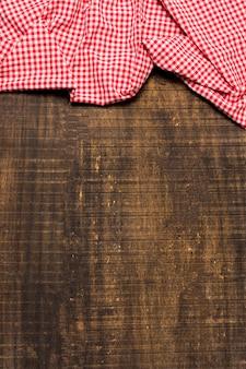 Cornice piatta in tessuto rosso con copia spazio