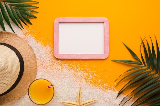 Cornice piatta laica con il concetto di spiaggia