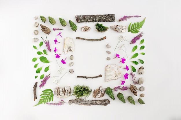 Cornice quadrata, disposizione naturale di foglie, pietre e legno
