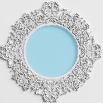 Cornice rotonda classica con decorazioni ornamentali e cerchio blu al centro sul muro bianco
