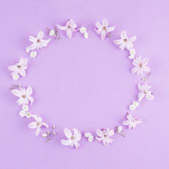 Cornice rotonda di piccoli fiori sul tavolo