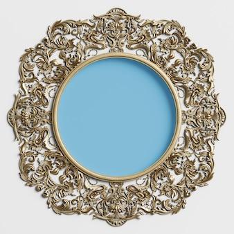 Cornice rotonda dorata classica con decorazioni ornamentali e cerchio blu al centro sul muro bianco