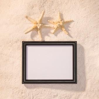Cornice scura con stelle marine