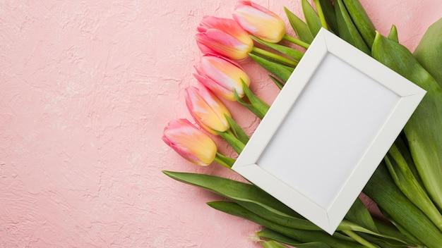 Cornice sopra il bouquet di tulipani