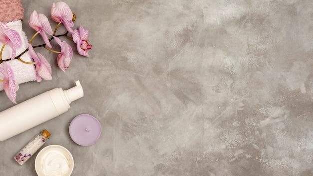 Cornice spa piatta laici su sfondo di stucco