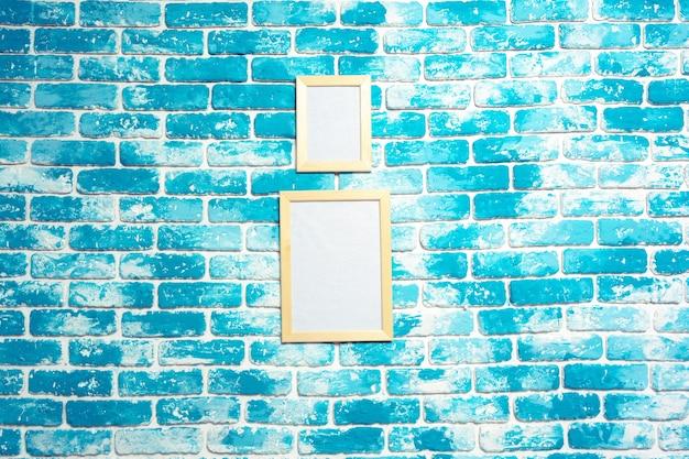 Cornice sul muro di mattoni