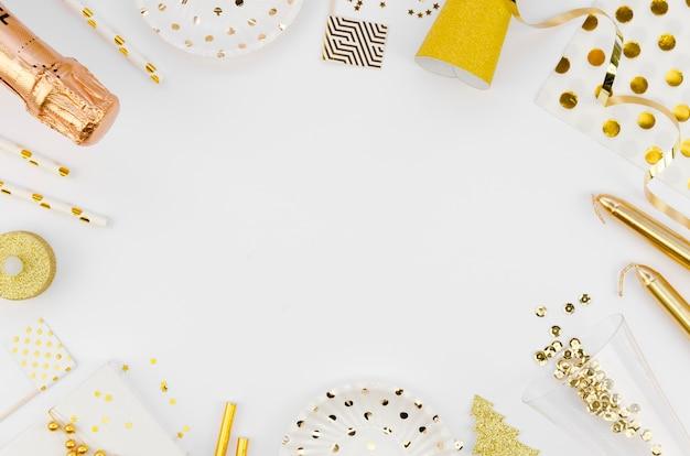 Cornice vista dall'alto con accessori per capodanno e champagne