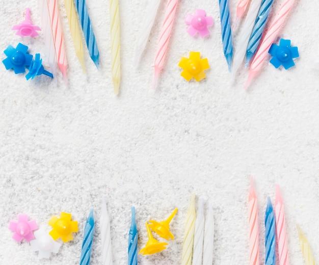 Cornice vista dall'alto con candeline di compleanno