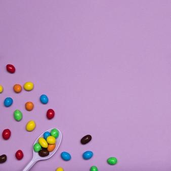 Cornice vista dall'alto con caramelle e cucchiaio