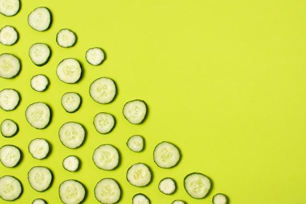 Cornice vista dall'alto con cetrioli a fette e copia-spazio