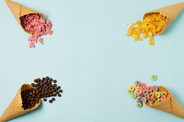 Cornice vista dall'alto con coni gelato e cereali