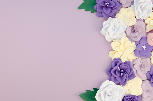 Cornice vista dall'alto con fiori di carta su sfondo viola