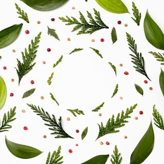 Cornice vista dall'alto con foglie verdi