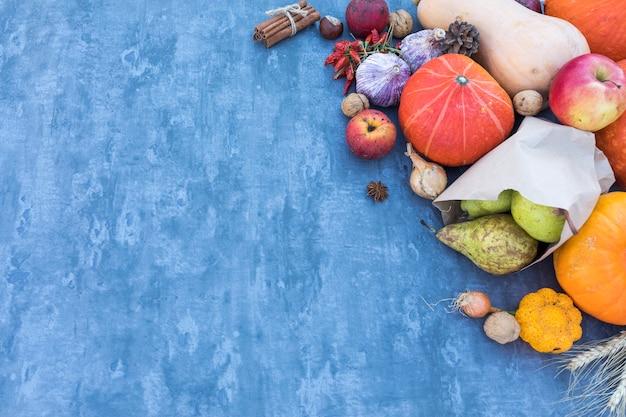 Cornice vista dall'alto con frutti e zucche