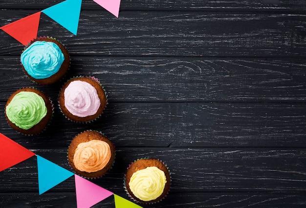 Cornice vista dall'alto con gustosi muffin glassati