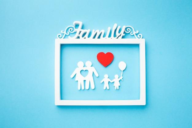 Cornice vista dall'alto con il concetto di famiglia di carta