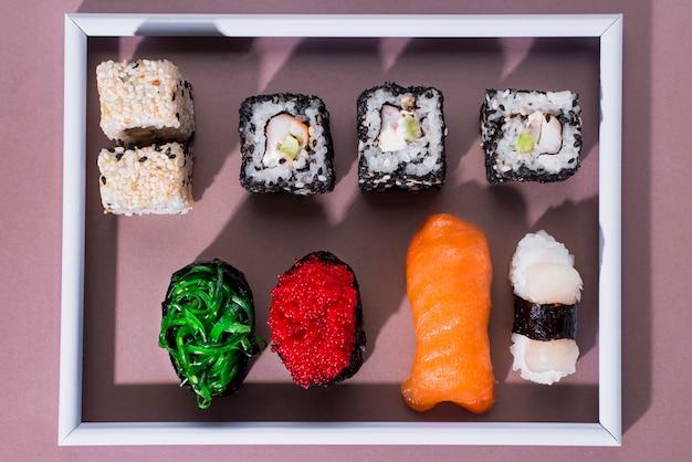 Cornice vista dall'alto con involtini di sushi