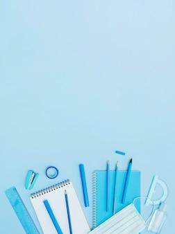 Cornice vista dall'alto con materiale scolastico