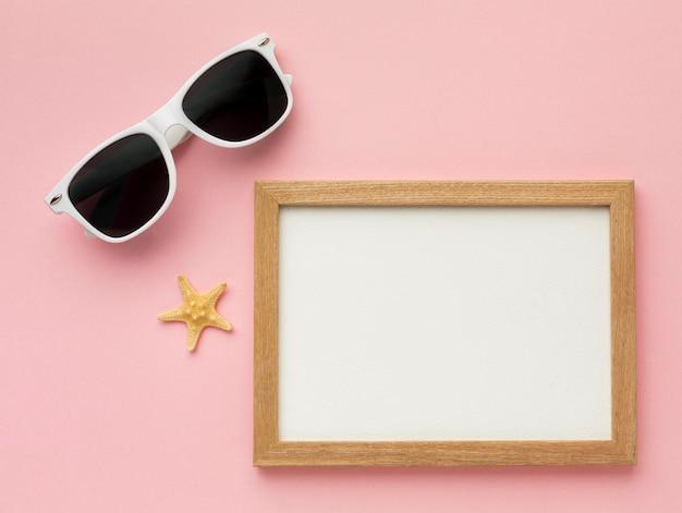Cornice vista dall'alto con occhiali estivi