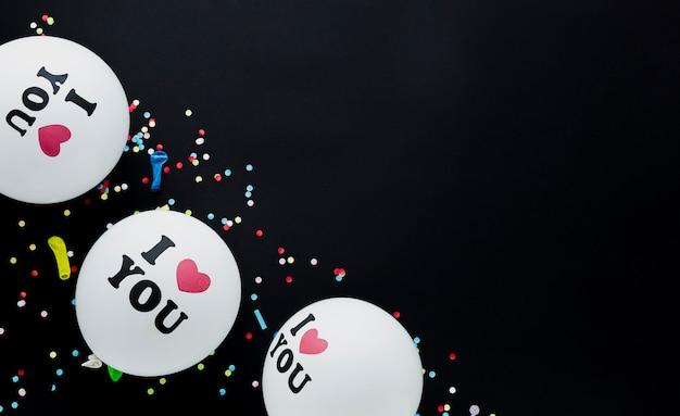 Cornice vista dall'alto con palloncini bianchi e coriandoli