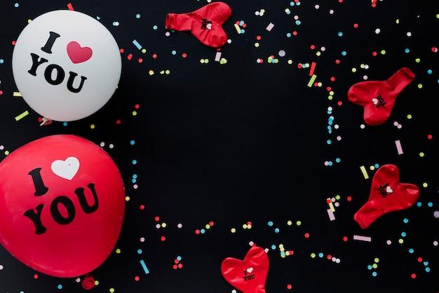 Cornice vista dall'alto con palloncini rossi e bianchi