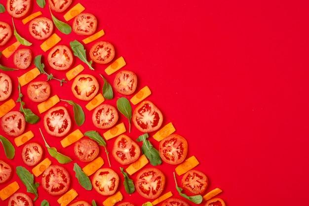 Cornice vista dall'alto con pomodori a fette e copia-spazio