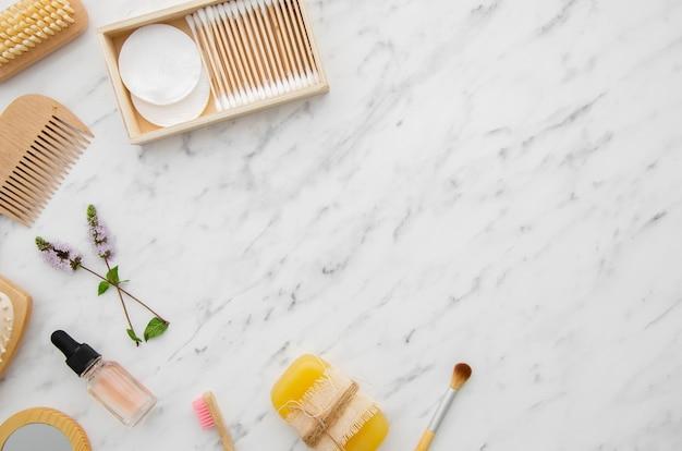Cornice vista dall'alto con prodotti cosmetici e copia-spazio