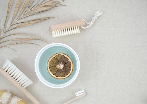 Cornice vista dall'alto con prodotti da bagno e spazzole