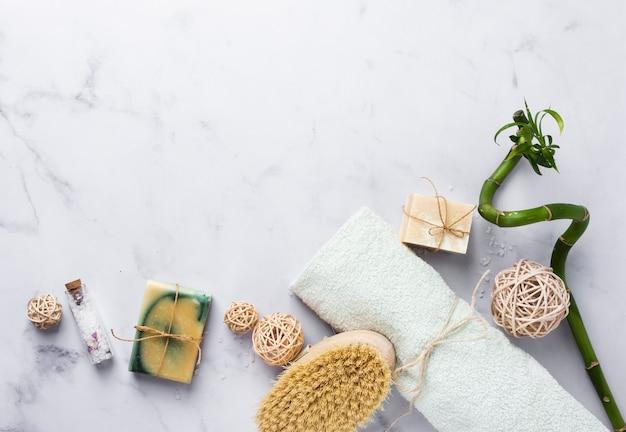 Cornice vista dall'alto con prodotti da bagno