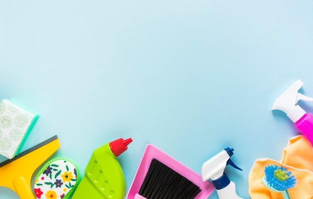 Cornice vista dall'alto con prodotti per la pulizia e sfondo blu