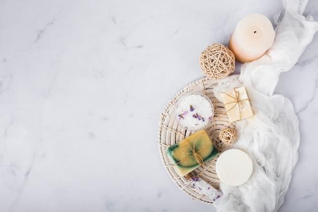 Cornice vista dall'alto con sapone e candela su fondo di marmo