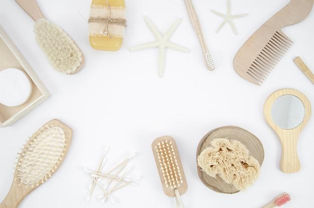 Cornice vista dall'alto con spazzole su sfondo bianco