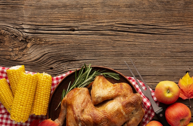 Cornice vista dall'alto con tacchino, mais e mele