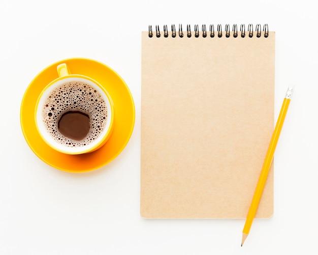 Cornice vista dall'alto con taccuino e caffè