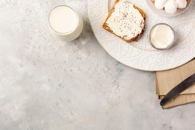 Cornice vista dall'alto con toast e copia-spazio