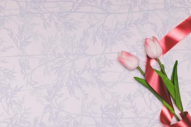 Cornice vista dall'alto con tulipani e copia-spazio